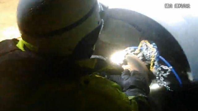 雪鏈卡輪軸 員警跪雪地幫拆車胎脫困