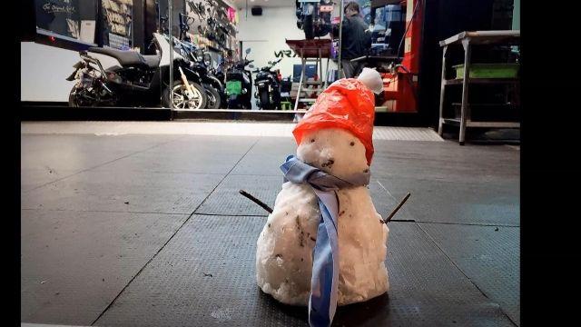 悲劇! 寒流紀念品「小雪人」堆門口 慘遭「分屍」