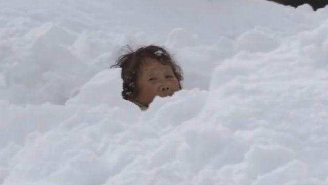 記者雪地採訪赫見「人頭」...是阿婆受困雪堆