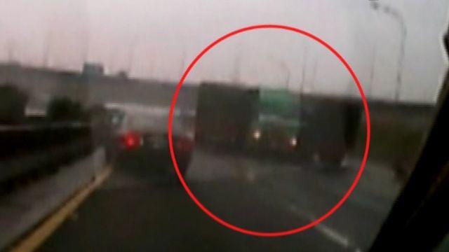 天雨路滑 聯結車追撞旋轉180度 乘客甩出車外