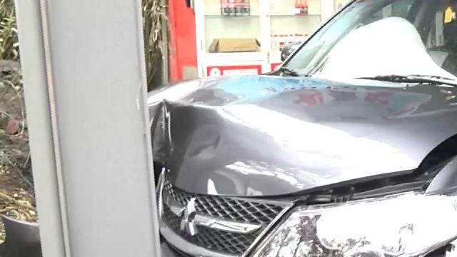 洗完車「重踩油門」 車輛暴衝撞鋼柱