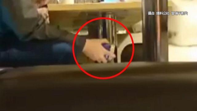 可惡!男假裝買保險 手伸桌下偷拍女業務裙底