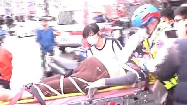 救援難!120公斤婦摔倒卡樓梯間命危