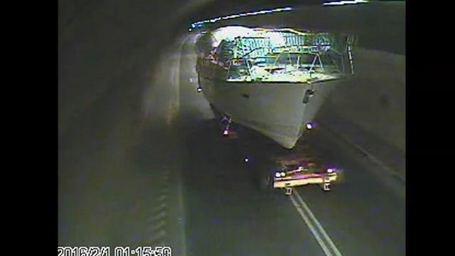 隧道內有船! 拖板車載遊艇占道 害塞車挨罰