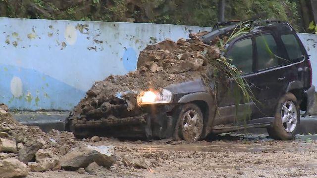 基隆連夜大雨 安一路段落石砸車危險