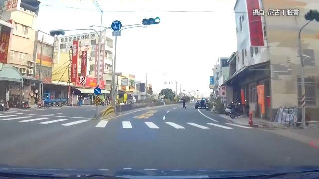 烏龍?!一路綠燈 駕駛遭警方開單「闖紅燈」