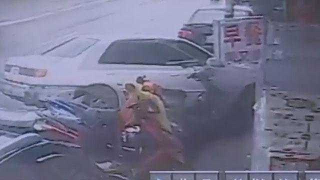 疑閃違停車 八旬翁撞進早餐店兩傷