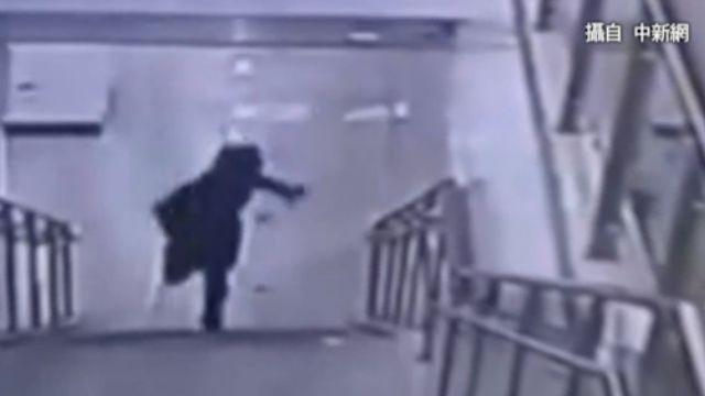 女子趕地鐵摔下樓 影片公布二次傷害