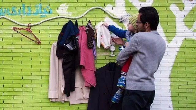 台灣舊衣回收箱 變身伊朗愛心牆