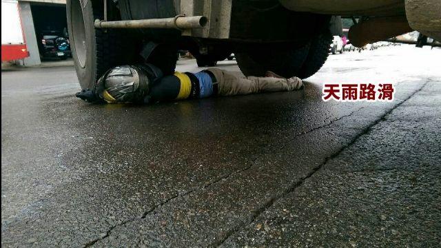 騎士摔進聯結車底 距車輪僅10公分險爆頭