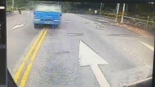 貨車失控撞公車 撞擊瞬間玻璃碎裂零件飛散