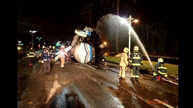 丙烷車輛翻覆 消防員灑水降溫救駕駛