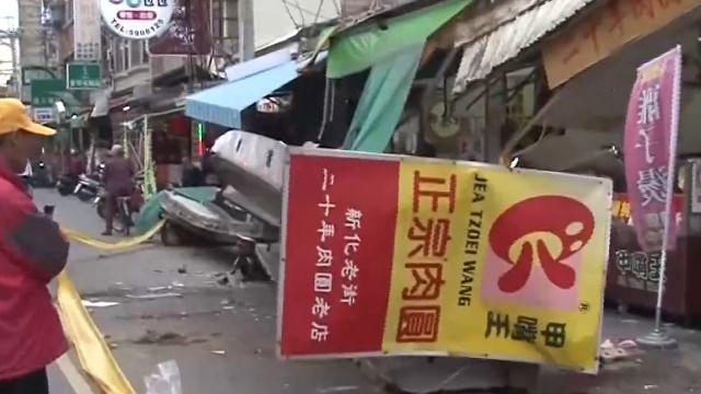 台南知名肉圓店牆塌 壓七機車、一婦傷
