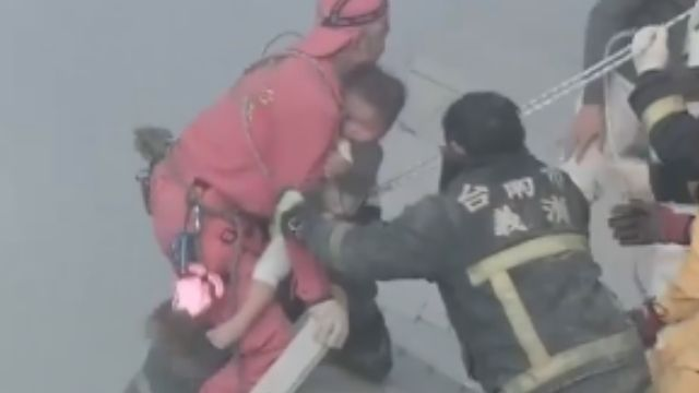 維冠大樓倒 男童獲救母親驚嚇大哭