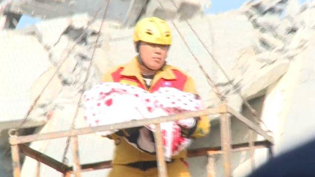 D棟11樓救出6月大女嬰 父生前緊抱女兒