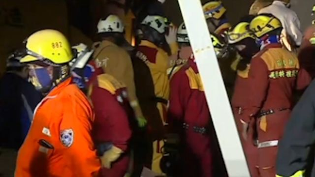 F棟14樓男敲牆3次回應 「差1.8米」漏夜搶救
