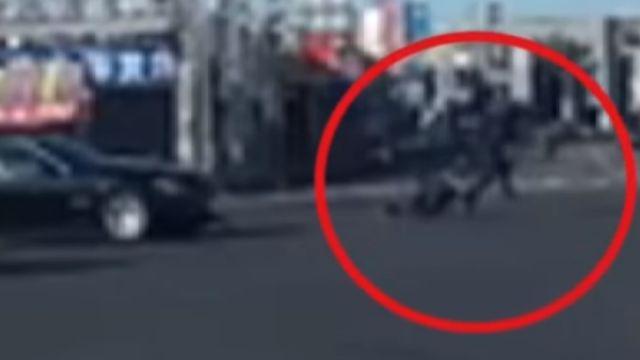 騎士左轉被撞 跳車起身往前跑 如練過輕功