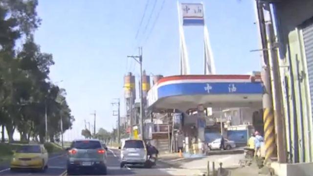 機車撞進加油站 收費亭破洞油槍掉