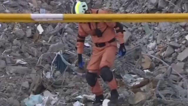 維冠A棟陷入地面2.5公尺下 向下開挖搜救