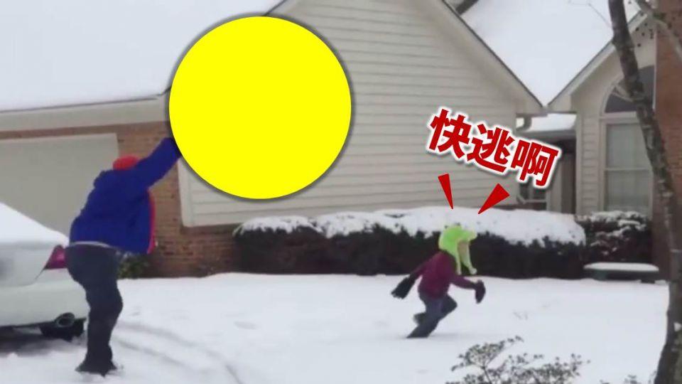 父子打雪仗!這一顆雪球也...太大了吧