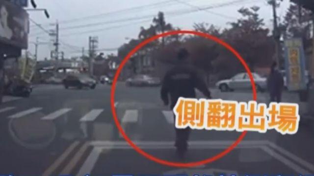 路口玩命 男子耍雜技側翻過馬路