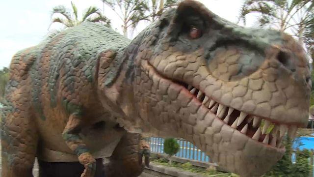 來到侏儸紀? 貨車上恐龍竟張口嘶吼、蠕動