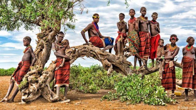 入境隨俗!日美女攝影師裸拍非洲部落
