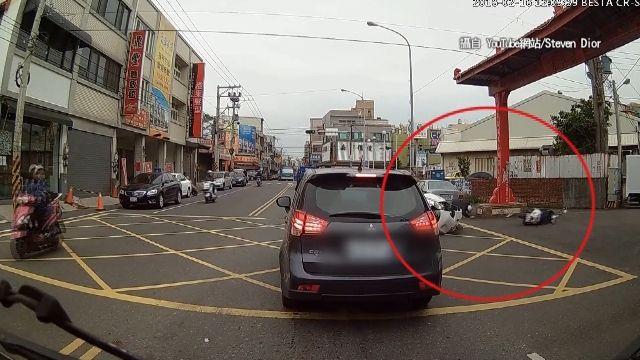 路口左轉沒在看!汽車撞機車 騎士彈飛