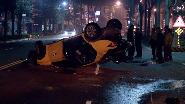 休旅車酒駕狂飆追撞 計程車遭撞翻四腳朝天