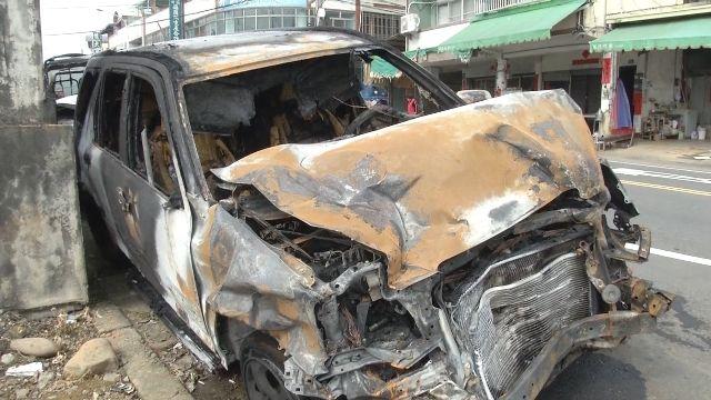婦人疑似過彎失控 撞上路旁轎車起火燃燒