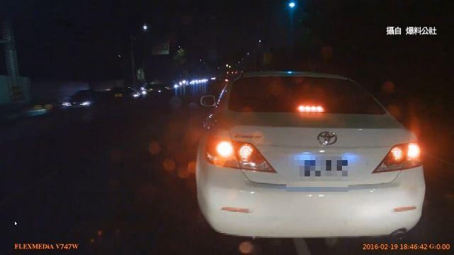疑惡意逼車 轎車「硬切」換車道 險害撞