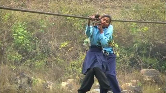 嫌上課辛苦?尼泊爾童天天攀繩上學