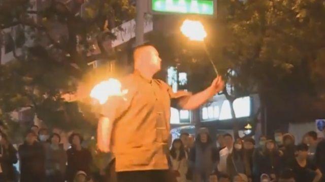 怕火焰甩過來! 火舞秀街頭上演 先備醫護箱