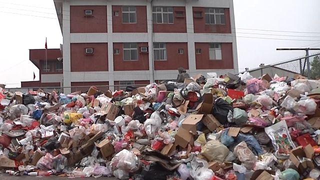資源回收價崩 「垃圾無處移」 全往籃球場堆