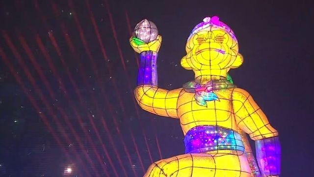 歷年最高!26米猴年主燈 炫目燈光秀開場