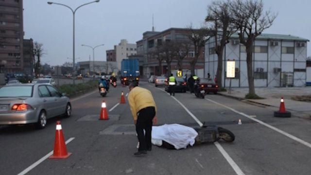 「照後鏡擦撞」 女騎士擦撞倒地 遭大貨車輾斃