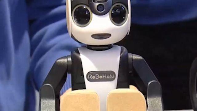 機器人變身手機+投影機! MWC新機玩創意
