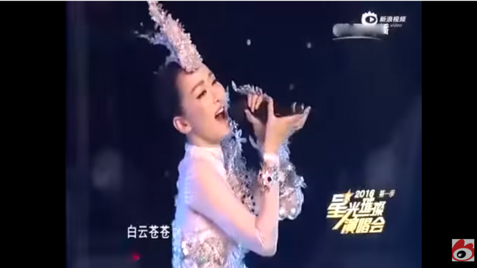 糗!陸女歌手麥克風拿反 還能唱出聲音