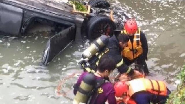 車速快撞橋墩墜水圳 26、23歲情侶溺斃