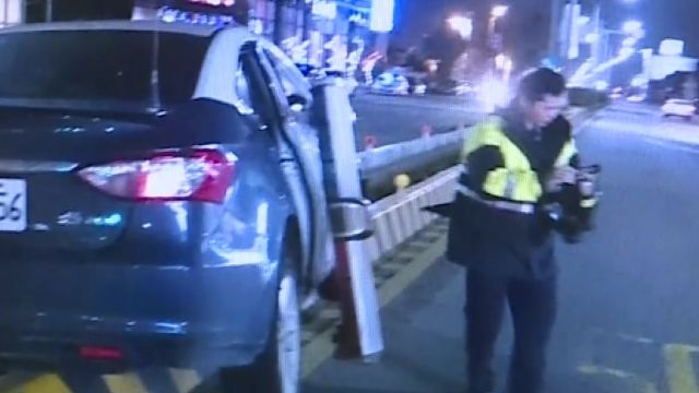 解送人犯遇酒駕 警車遭撞飛衝上分隔島