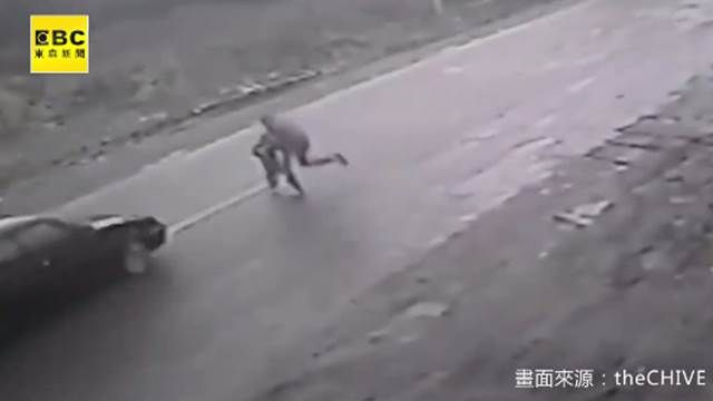 搶救生命!英雄捨身護闖馬路童竟奇蹟輕傷