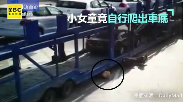 奇蹟!拖板車輾壓機車五歲女孩爬出無傷