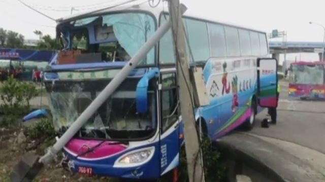 遊覽車疑未禮讓 與公車發生碰撞 14人傷