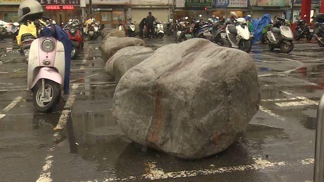 賣場停車場一排大石塊! 消費者直呼「好怪」