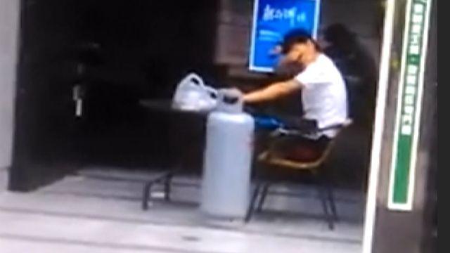 不滿建商堆廢棄物! 男抱瓦斯桶嗆聲