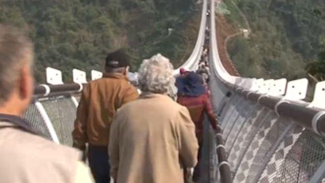 山川琉璃橋「暫時封閉」 最後日人潮爆滿
