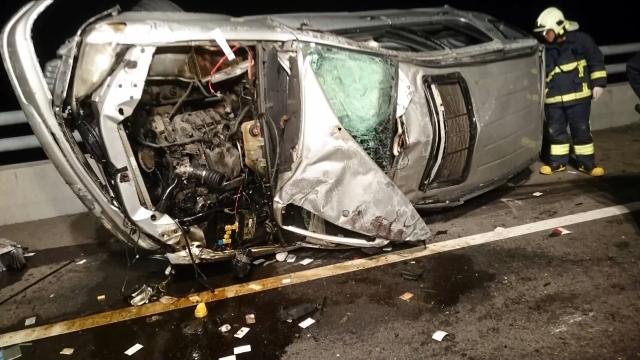 台61線休旅車撞護欄  父子拋飛車外雙亡