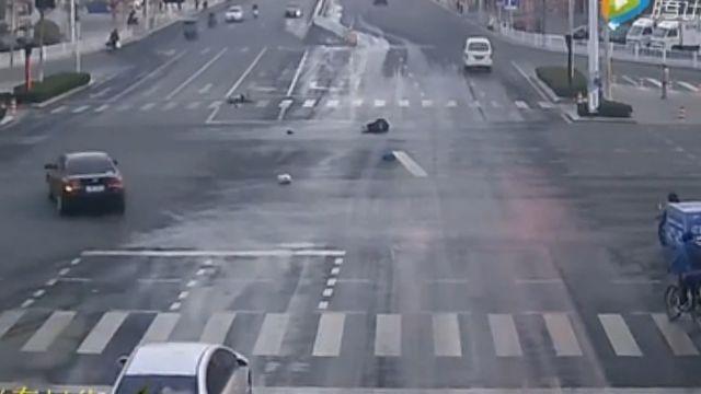 騎士遭撞飛肇事者逃逸 來往車輛全視而不見