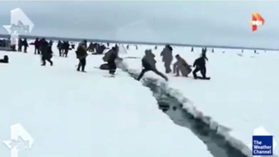 【影片】驚悚直擊!俄羅斯冰層瞬斷裂 釣客紛紛跳離逃亡