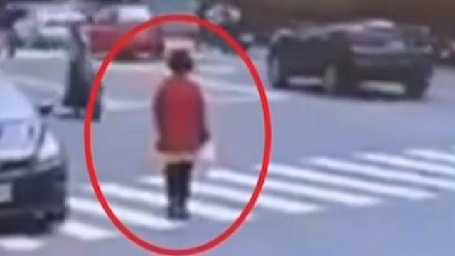 女過馬路挨撞 車禍「誰對誰錯」掀網友筆戰